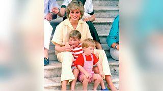 شاهزاده ویلیام و شاهزاده هری در کنار مادرشان