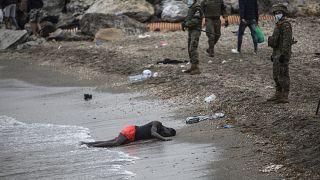 رجل ملقى على شاطى البحر فيما الجيش الإسباني يطوق المكان على اطراف مدينة سبتة، الجيب الإسباني في المغرب, 2020/05/18