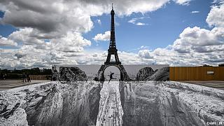 """La tour Eiffel, revue par le """"street artist"""" français JR, le 19 mai 2005"""