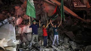 فلسطينيون يحتفلون بعد إعلان وقف اطلاق النار