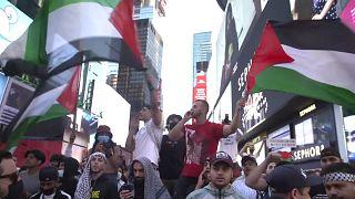 A Times Square manifestazioni dopo il cessate il fuoco in Medio Oriente