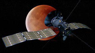 صورة رقمية لقمر صناعي في مدار حول القمر
