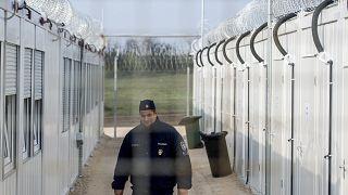 Rendőr járőzik a magyar-szerb határnál fellállított tranzitzónában 2017. április 6-án