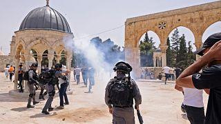 اشتباكات بين قوات الأمن الإسرائيلية ومصلين مسلمين فلسطينيين في المسجد الأقصى بالقدس 21  أيار/ مايو 2021