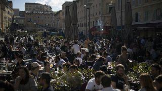 أناس في الهواء الطلق أمام شرفات المقاهي في مدينة مرسيليا جنوب فرنسا. 2021/05/19