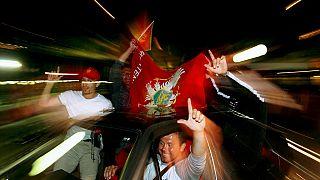 La gente esulta per le strade della città adriatica di Ulcinj, il 21 maggio 2006, dopo che un gruppo di monitoraggio indipendente ha detto che il Montenegro ha votato per l'in