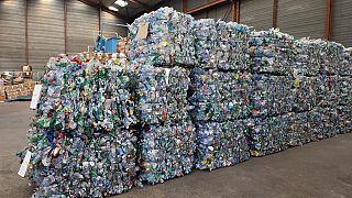 Zusammengeschnürte Pakete von Einwegplastik, die das Recyceln erschwert