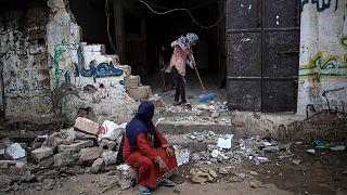 عائلات في غزة تعود إلى ما بقي من بيوت أضحت أطلالا جراء القصف الإسرائيلي