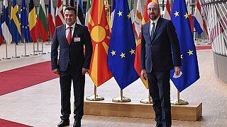Ο πρωθυπουργός της Βόρειας Μακεδονίας Ζόραν Ζάεφ και ο πρόεδρος του Ευρωπαϊκού Συμβουλίου Σαρλ Μισέλ