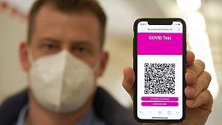 AB ülkelerinde Covid-19 aşısı olanlar aldıkları dijital QR geçiş sertifikalarıyla seyahat edebiliyorlar.
