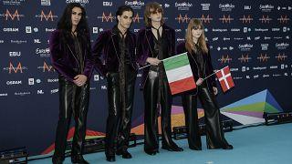 El grupo musical Maneskin de Italia posa para los fotógrafos a su llegada en Rotterdam, Países Bajos, el domingo 16 de mayo de 2021.