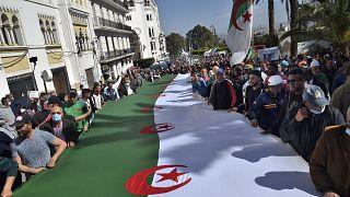 متظاهرون جزائريون مناهضون للحكومة