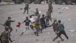 عناصلا من الجيش الإسباني يشتبكون مع مهاجرين قرب الحدود المغربية