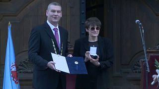 Katalin Karikó bei der Krönung zur Ehrenbürgerin der ungarischen Stadt Szeged