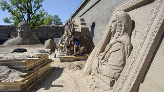 لمسات نهائية على التماثيل الرملية حيث تجري الاستعدادات لمهرجان النحت الرملي
