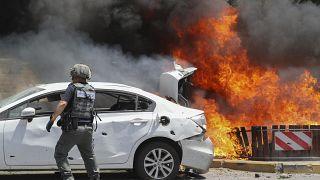 سيارة تحترق في عسقلان بعدما أصابها صاروخ أطلق من قطاع غزة