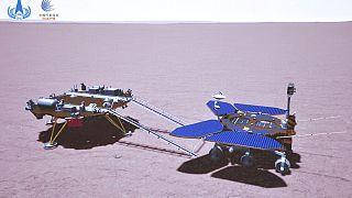 CNSA'dan paylaşılan Çin yapımı Zhurong uzay mekiğinin Mars'ın yüzeyinde çekilen bir fotoğrafı.