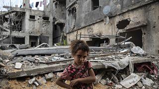 Rahaf Nuseir isimli 10 yaşındaki Filistinli kız, ateşkesin yürürlüğe girmesinin ardından geldikleri, yıkılan evlerinin önünde beklerken. Beyt Hanun, Gazze