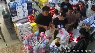 خرج بعض المتسوقين من دون حاجياتهم ومن دون أن يدفعوا