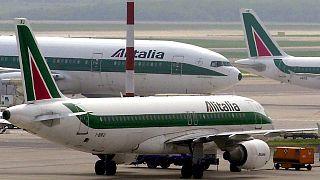 İtalya'nın Milano kentindeki Malpensa Havalimanının pistinde duran Alitalia uçakları (arşiv)