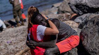 لونا نیروی داوطلب صلیب سرخ اسپانیا به خاطر این عکس هدف حملات نژاد پرستانه قرار گرفت