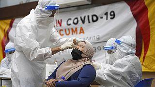 Uzak Doğu ülkesi Malezya'da yapılan bir koronavirüs testi.