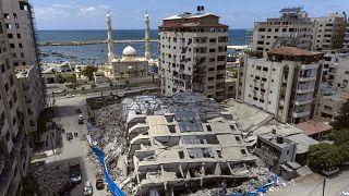Vista aérea de un edificio destruido tras ser alcanzado la semana pasada por los ataques aéreos israelíes, en la ciudad de Gaza, el sábado 22 de mayo de 2021