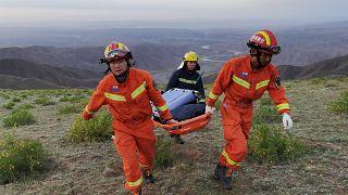 رجال الإنقاذ أثناء بحثهم عن متسابقين كانوا يتنافسون في سباق جبلي - 22 آيار / مايو 2021