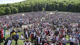 Zarándokok érkeznek a csíksomlyói búcsú szentmiséjére a Kis- és Nagysomlyó-hegy közötti hegynyeregbe 2021. május 22-én.