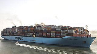 Süveyş Kanalı'nı 6 gün boyunca kapatan The Ever Given gemisinden bir kare.