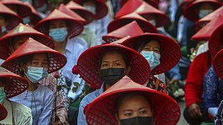 Myanmar'ın Mandalay şehrinde askeri cunta karşıtı eylemlere katılan öğretmenler.