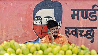 Maszk nélküli gyümölcsárus Indiában