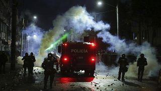 La policía colombiana lanza gases lacrimógenos contra manifestantes que les arrojan piedras el viernes 21 de mayo en Bogotá.