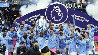 İngiltere Premier Lig 2020-2021 sezonunu şampiyon tamamlayan Manchester City, Etihad Stadı'nda düzenlenen törenle kupasına kavuştu