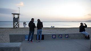 Touristen am Strand von Mallorca