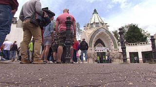 Sorban álló turisták a Fővárosi Állat- és Növénykert bejáratánál