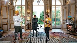 Le président français Emmanuel Macron entouré des influenceurs McFly et Carlito à l'Élysée : vidéo diffusée le 23 mai 2021
