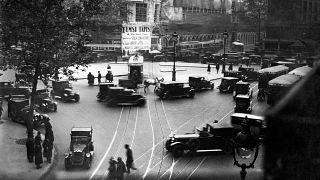 Circulation routière quelques années après l'instauration du Code de la route, Place Saint-Augustin à Paris dans les années 1930