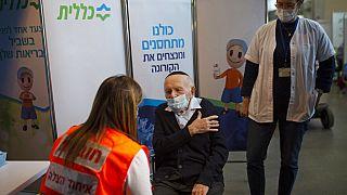 İsrail'de aşılanan bir vatandaş.