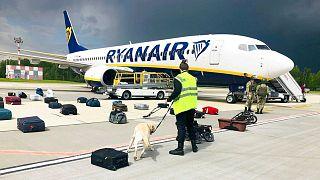 بازرسی چمدانهای مسافران هواپیمای شرکت «رایان ایر» در فرودگاه مینسک