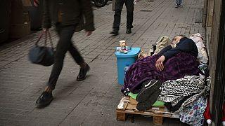 Covid-19: İspanya'da 30 bin evsizi aşılama programı başladı