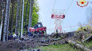 Feuerwehr im Einsatz nach dem Absturz einer Gondel auf dem Weg zum Mont Mottarone, 23.05.2021