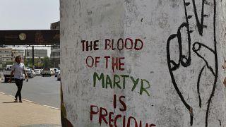 """""""دم الشهيد غال""""، عبارة كتبت على حائط حيث كان يعتصم متظاهرون من المعارضة في الخرطوم. 2019/06/16"""