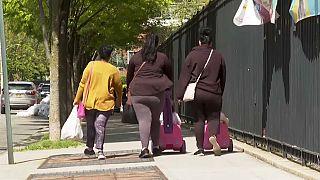 Tres mujeres caminan en Queens, Nueva York