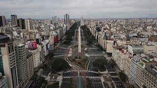 La Avenida 9 de Julio de Buenos Aires aparece semidesierta por el confinamiento