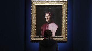 İtalya'nın Forli kentinde bir sergide ünlü şair Dante Alighieri'nin portresine bakan bir kadın