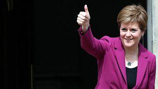 La primera ministra de Escocia y líder del Partido Nacional Escocés, Nicola Sturgeon, posa para los fotógrafos, en Bute House en Edimburgo, Escocia. Domingo, 9 de mayo de 2021