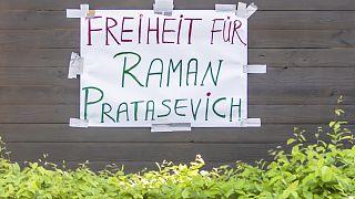 Szabadságot Roman Protaszevicsnek - felirat a belorusz követségre plakátolva Berlinben