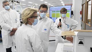 رئيسة المفوضية الأوروبية مع الرئيس التنفيذي لشركة فايزر ألبرت بورلا، خلال زيارة رسمية لشركة فايزر للأدوية في بورس، بلجيكا- 23 أبريل 2021