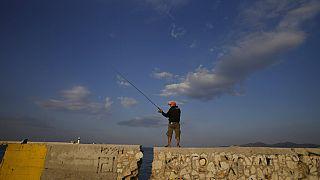 Ψαράς στο λιμάνι του Πειραιά